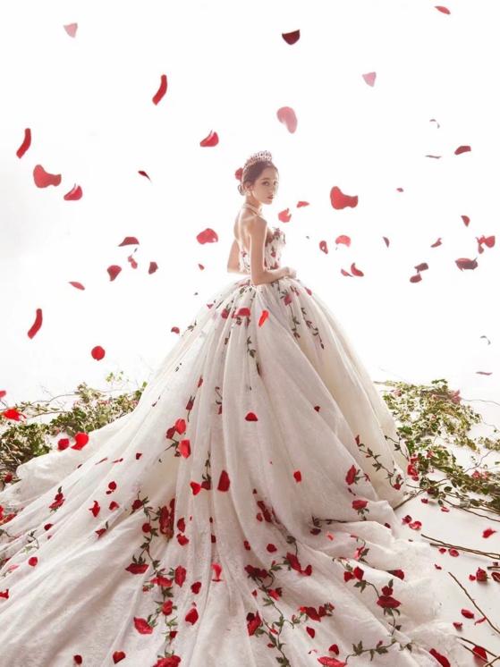 杨颖晒跨年照,穿枫叶白纱裙戴皇冠似公主,却被疑模仿迪丽热巴?