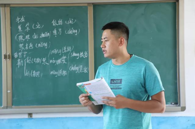 名校硕士研究生到偏远山区教书,体育、语文、数学、英语、科学、品德他都教,一干就是这么多年