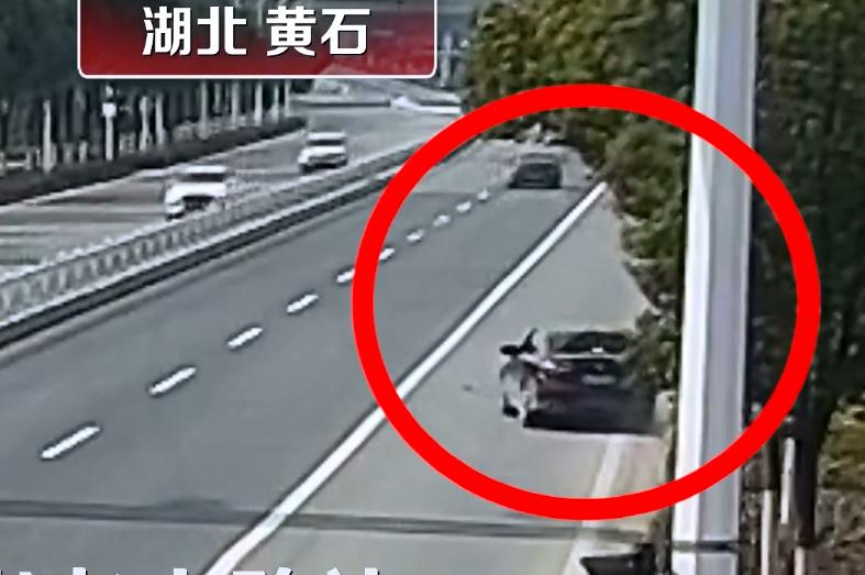 男子开车右手搂抱、亲吻女友,致车辆跑偏,85岁老人被撞飞入院