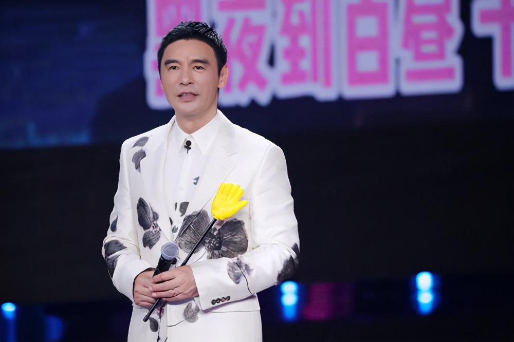 """《我们的歌2》被冯提莫当众""""认爹""""的钟镇涛,曾是一代天王巨星"""