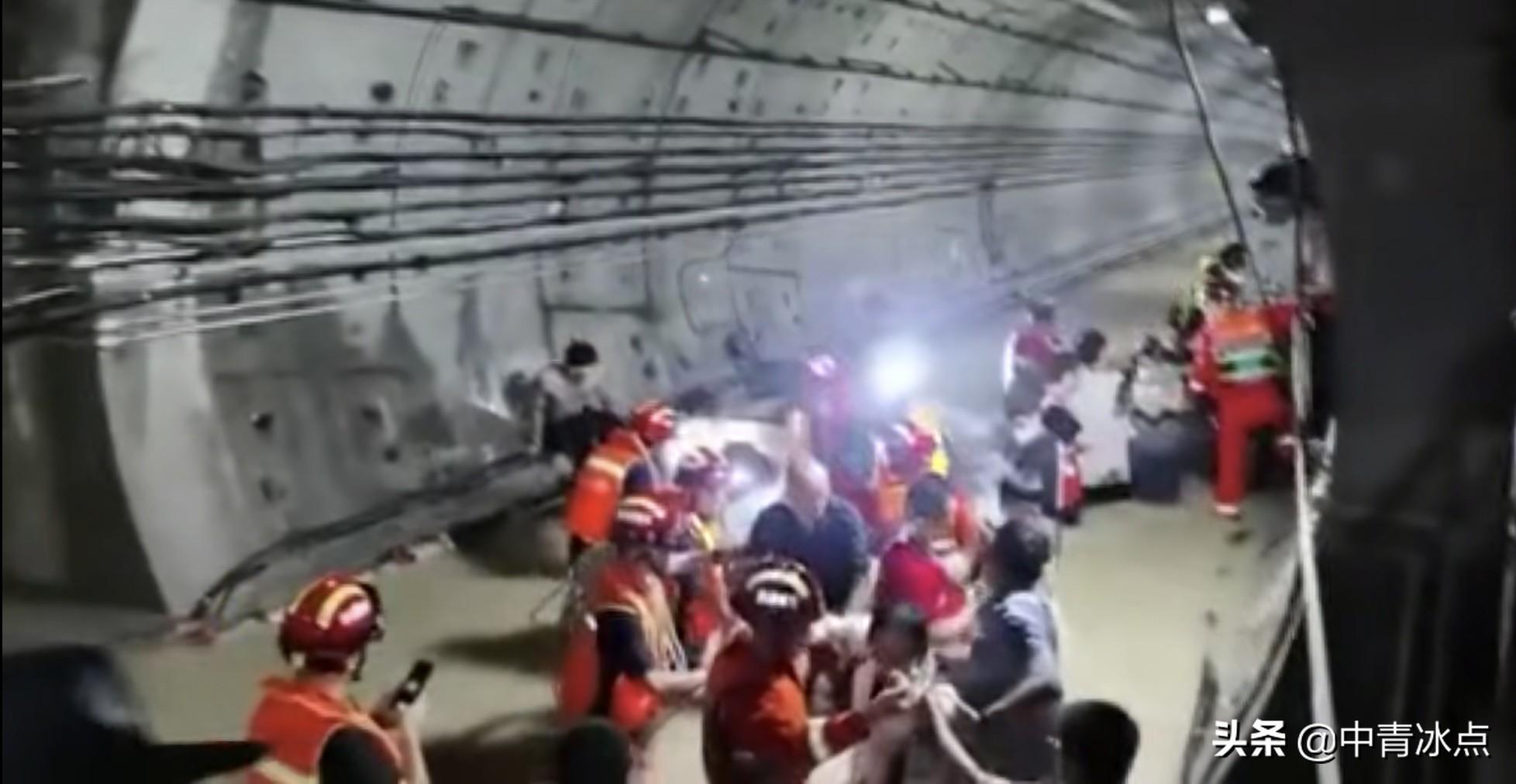 郑州地铁5号线被困人员口述:看到车厢外水位过了头顶后,我已经开始交代后事了
