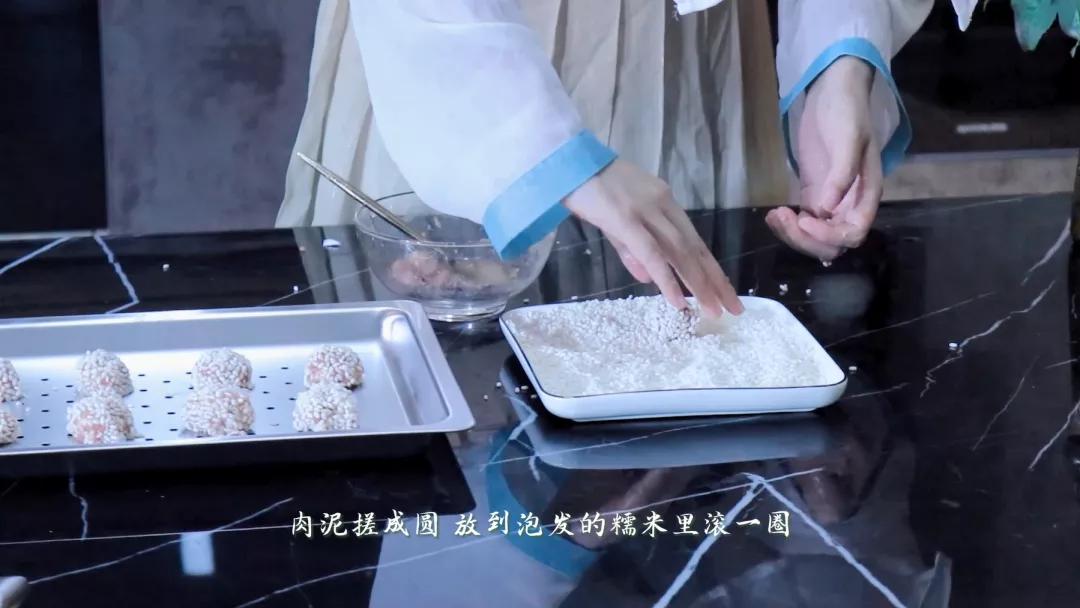 """奥田厨房的""""蒸""""鲜美味,在这一口弹滑多汁的糯米丸子里"""
