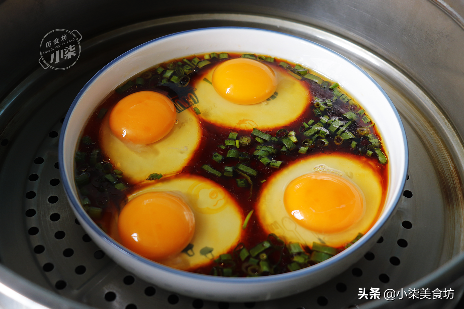 4個雞蛋打盤裡,這種做法火了,我家一周至少吃5次,當菜又當飯