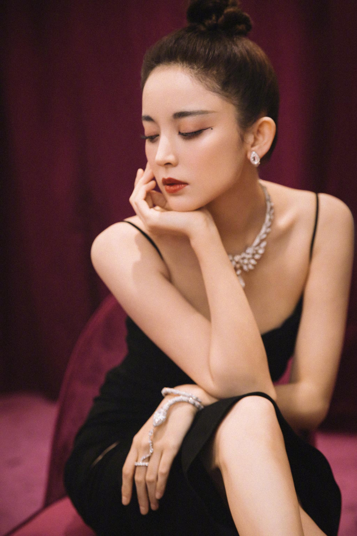 古力娜扎出席活动 小黑裙尽显冷豔高级