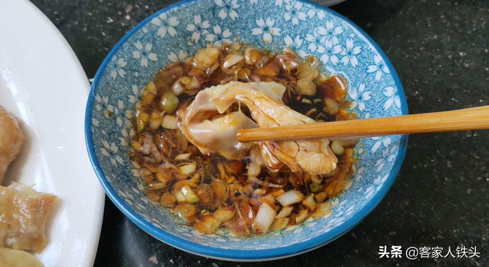 年夜飯雞肉怎樣吃? 教你廣式白切雞正確做法,配2種蘸料爽滑味美