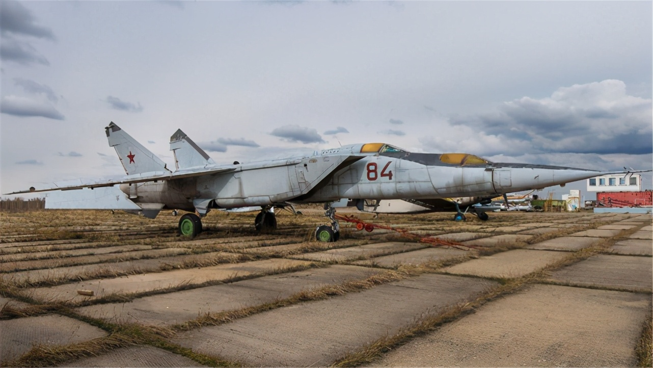苏联飞行员叛逃日本,顺走一架绝密战机,2个月后祖国收到30箱快递