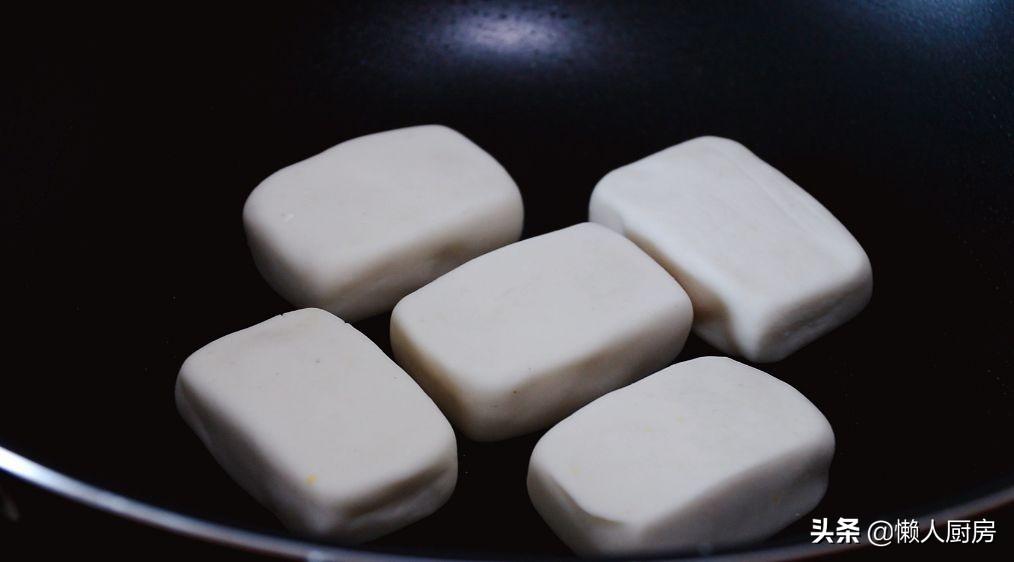 年糕不用買,撒點糯米粉,加點熱水自己做,咬一口,還會爆漿