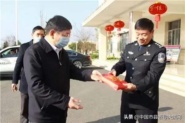 湖北黄冈浠水县委书记黄强胤到公安局慰问民辅警
