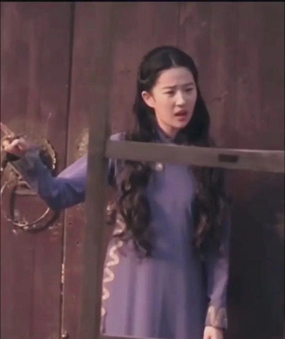 """刘亦菲回国后接新戏!穿紫旗袍表情""""卖力"""",皮肤白嫩状态真抗老"""