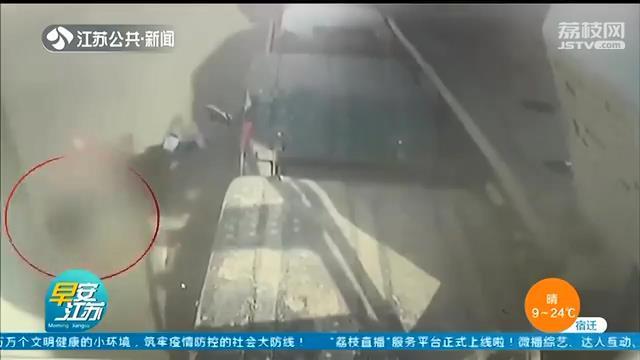 不能大意!父亲停车疏于看管 男童独自下车被撞伤