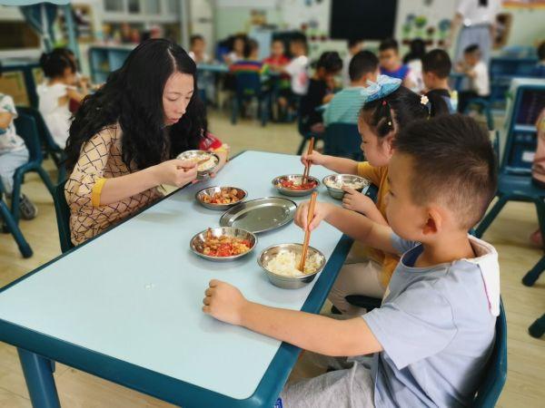幼儿园开学第一天,园长陪孩子们吃开心午餐