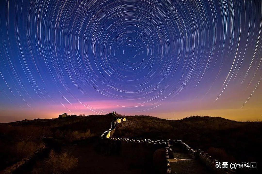 你看到没?天文学家发现一个:以北斗七星为圆心的圆形发射弧