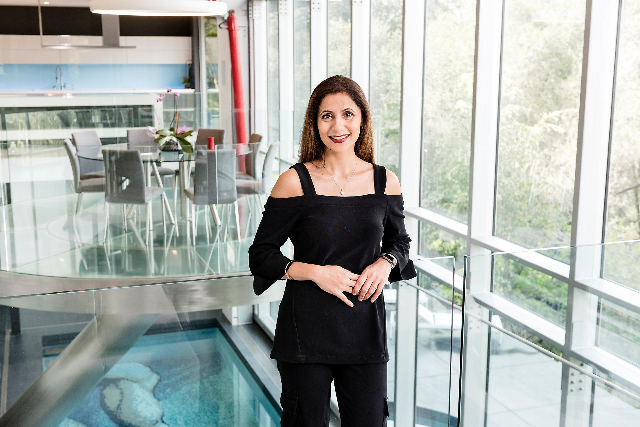 女建筑师设计师玩转色彩搭配,丝巾长袍太优雅,曾砸7000万建豪宅