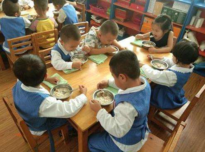 午餐是番茄鸡蛋面,孩子却说没吃到鸡蛋,幼儿园的解释令家长不满