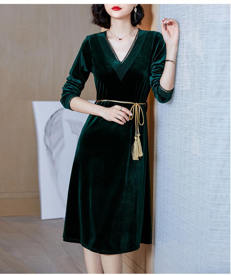 """人到中年不想穿太老?看这款""""V领小黑裙"""",穿出你的魅力来"""