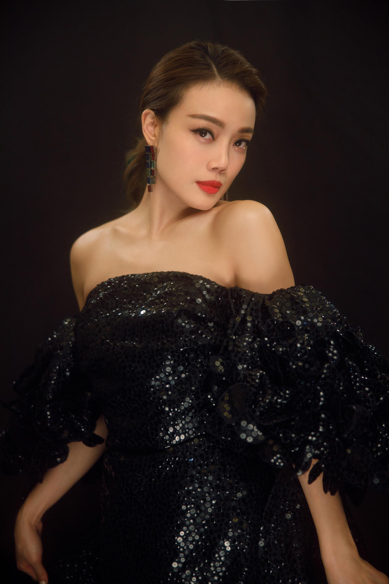 """容祖儿出席第十七届MAHB时尚先生盛典 获得""""年度歌手""""荣誉"""