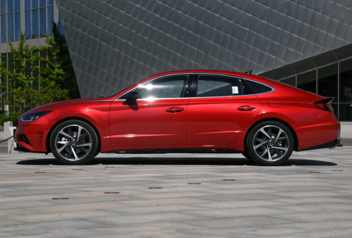 10代索纳塔:颜值性能中级车,油耗5.6L,定价实惠销量大涨