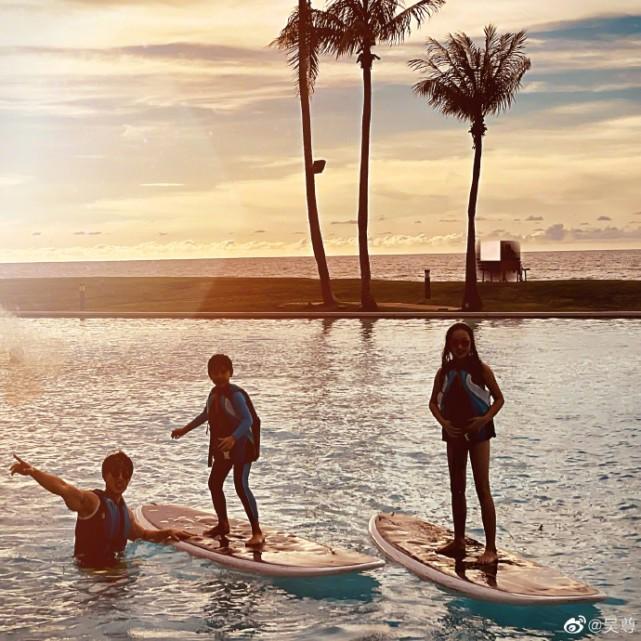 吴尊带儿女冲浪,10岁Neinei长腿抢镜,穿泳衣展超模气质