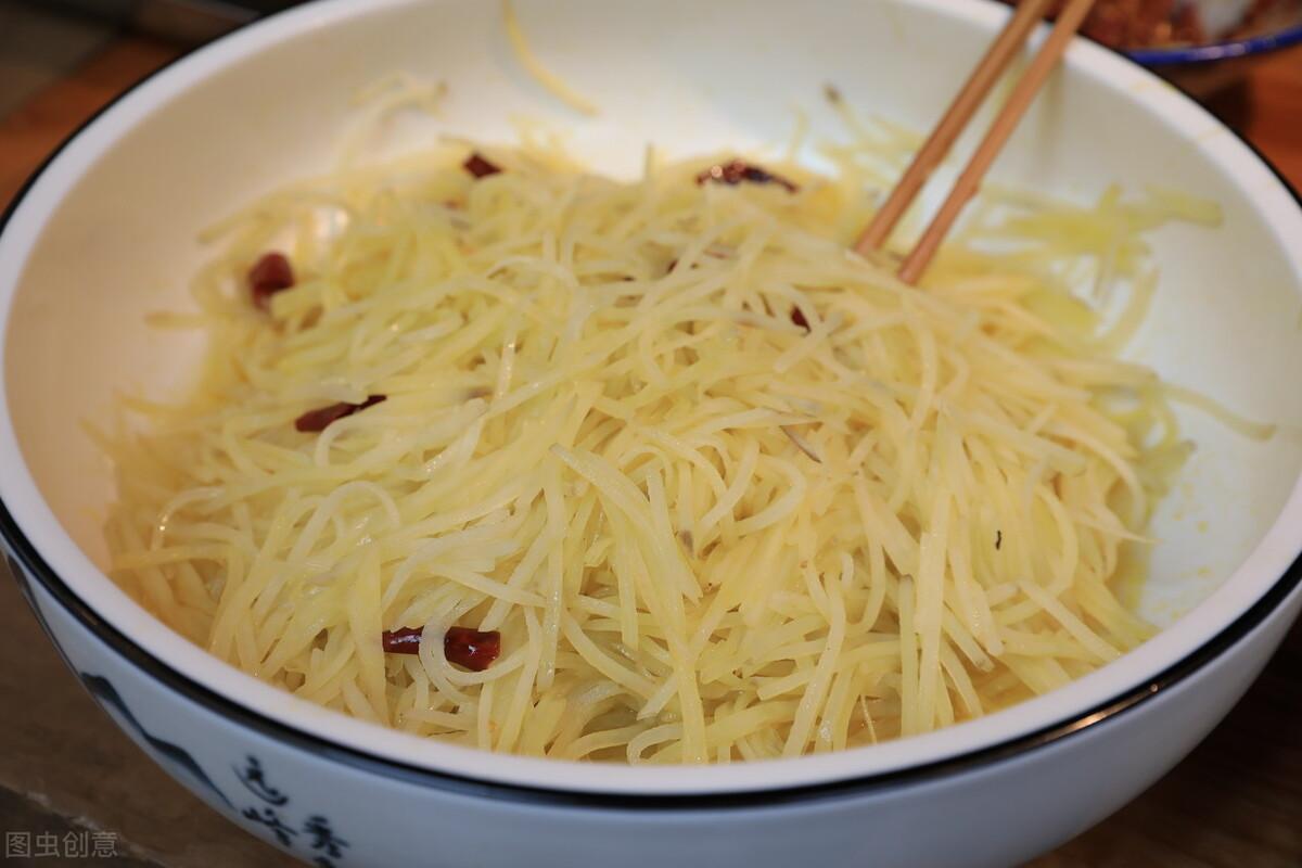 炒土豆丝,焯水浸泡都不对,教您正确做法,土豆丝又香又爽脆 美食做法 第5张