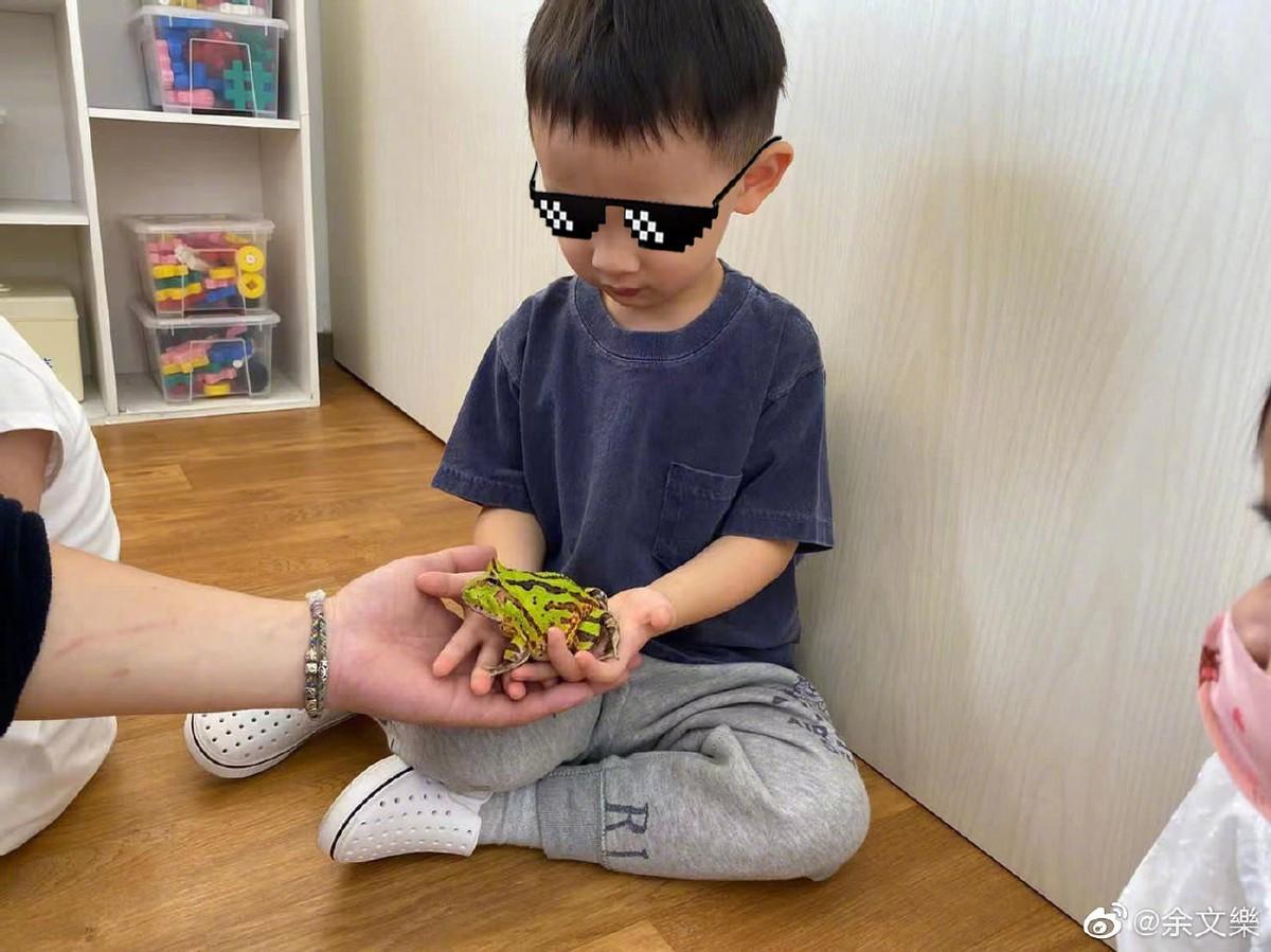 余文樂3歲兒子勇敢與蛇和青蛙接觸,小小年紀顏值高,帥氣會把妹