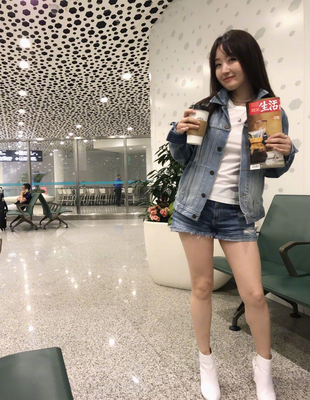 再次被杨钰莹惊艳,49岁穿灰色西装配黑直长,说是少女也不过分