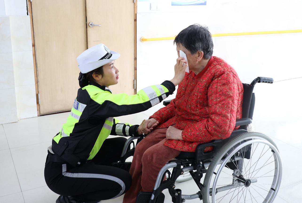 响水公安局交通警察大队女子铁骑中队民警:爱在母亲节温暖敬老院