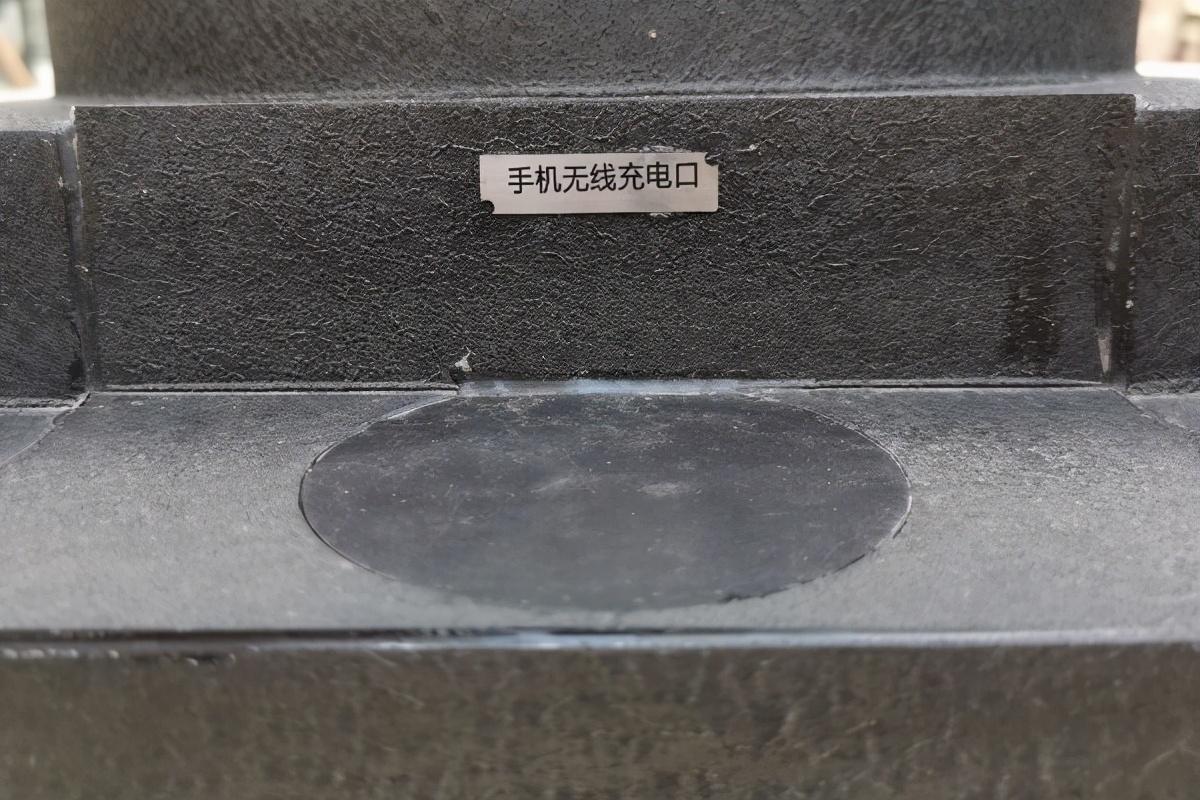 武汉街头现手机无线充电路灯-第2张图片-IT新视野