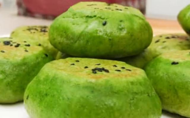 菠菜豆沙饼做法 早餐多给家人做这饼 孩子吃了长个头 老人吃了