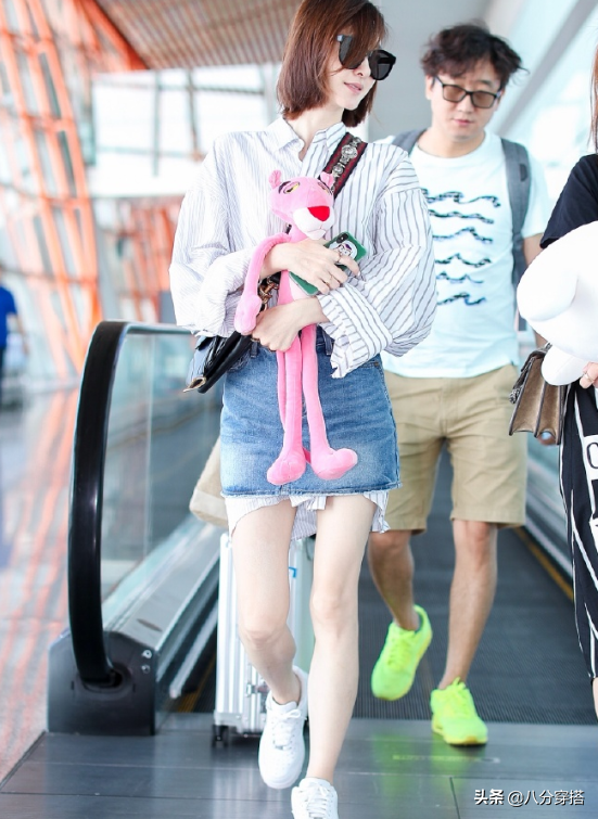 王丽坤太有气质女神范,拼接衬衫配牛仔半身裙清爽利落,减龄时髦