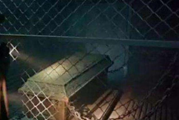 湖北关羽墓被挖开,专家进入墓室后,古棺竟然用4根铁链悬挂着