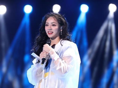 第一次唱rap就获吴亦凡力赞,这个野生女孩到底什么来头?