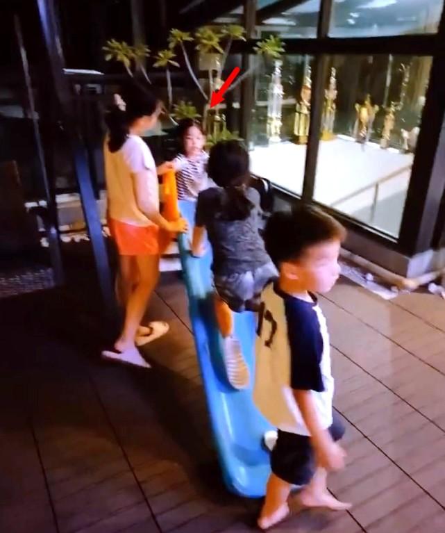 陈晓陈妍希送儿子上学,小星星走出大哥步伐,穿校服肉乎乎太可爱
