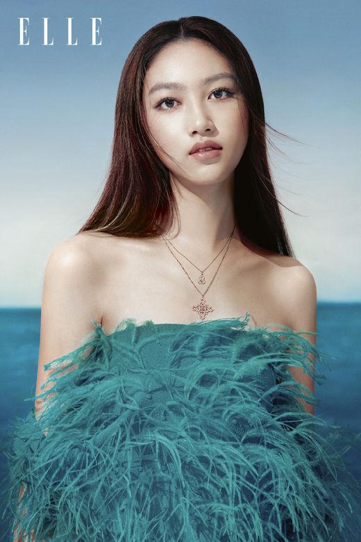 任达华16岁女儿褪去稚气,画大红唇晒女人味,慢慢从清纯变美艳