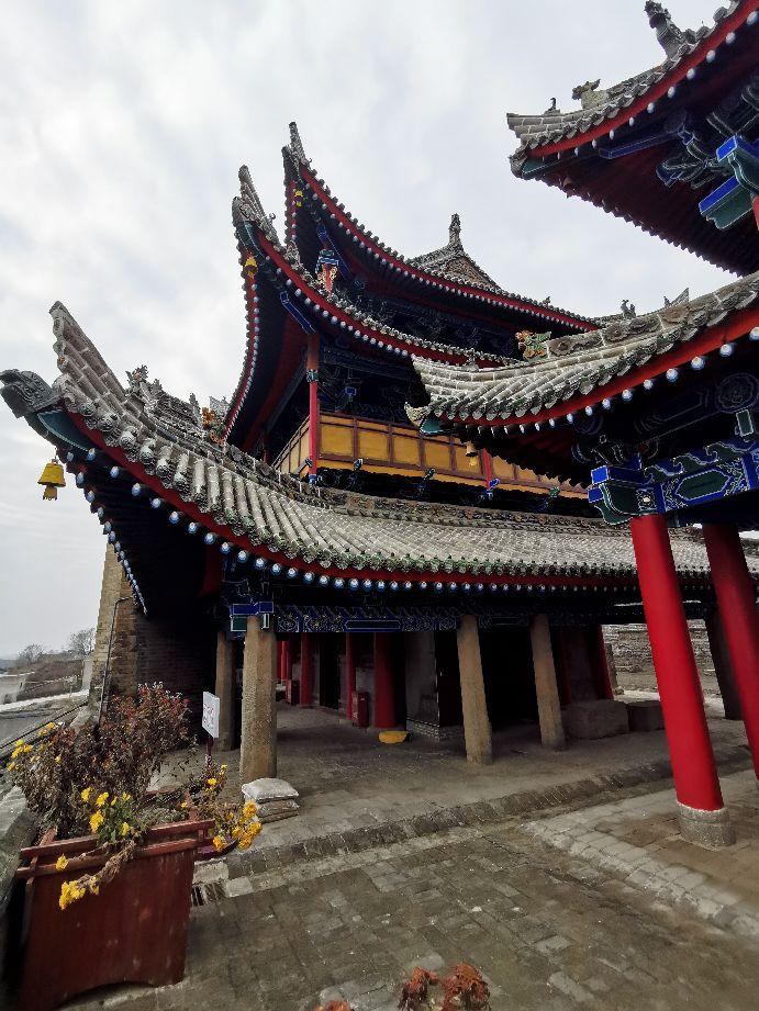 一座雄视山河、飞檐斗拱、琉璃重檐的明代梁柱式木结构建筑群。