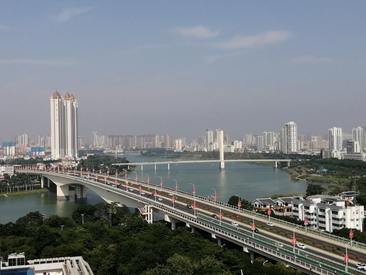 想看邕江两岸繁华景象,得到竹溪大道这栋高楼上