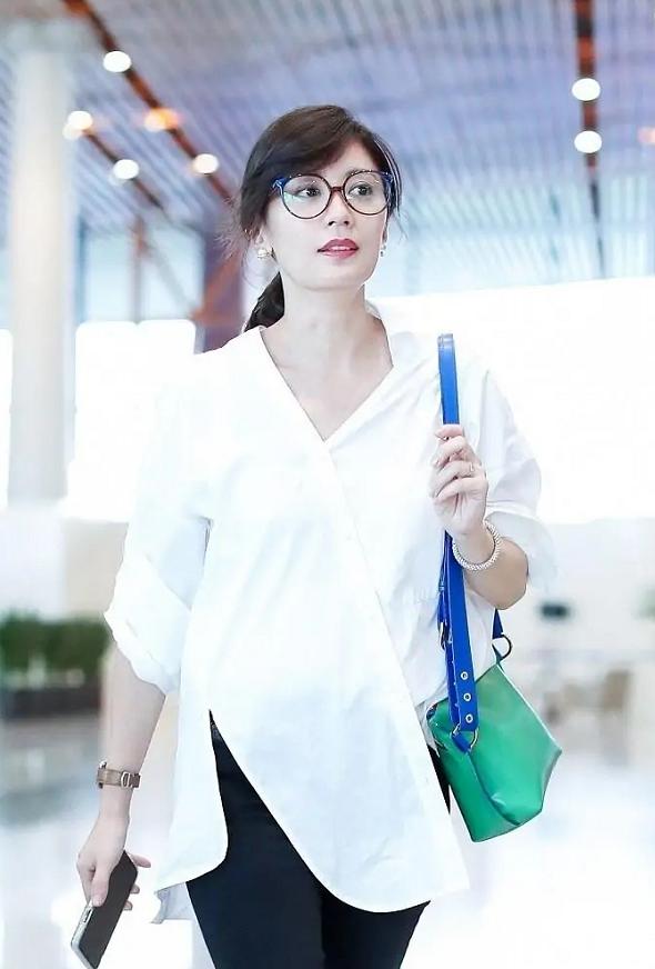 46歲賈靜雯沒有絲毫大媽感,穿白襯衫配小腳褲走機場,洋氣減齡