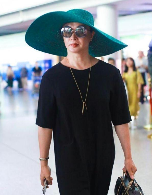 金星戴宽檐绿帽走机场,搭配全黑装束高贵又复古,自信态度吸睛