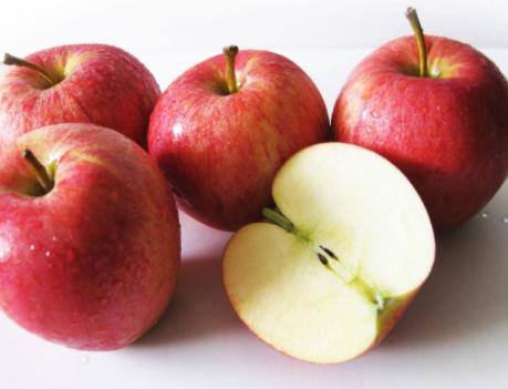 年后,家里剩了一筐苹果,削皮一煮一晒,无添加剂,香甜有韧劲