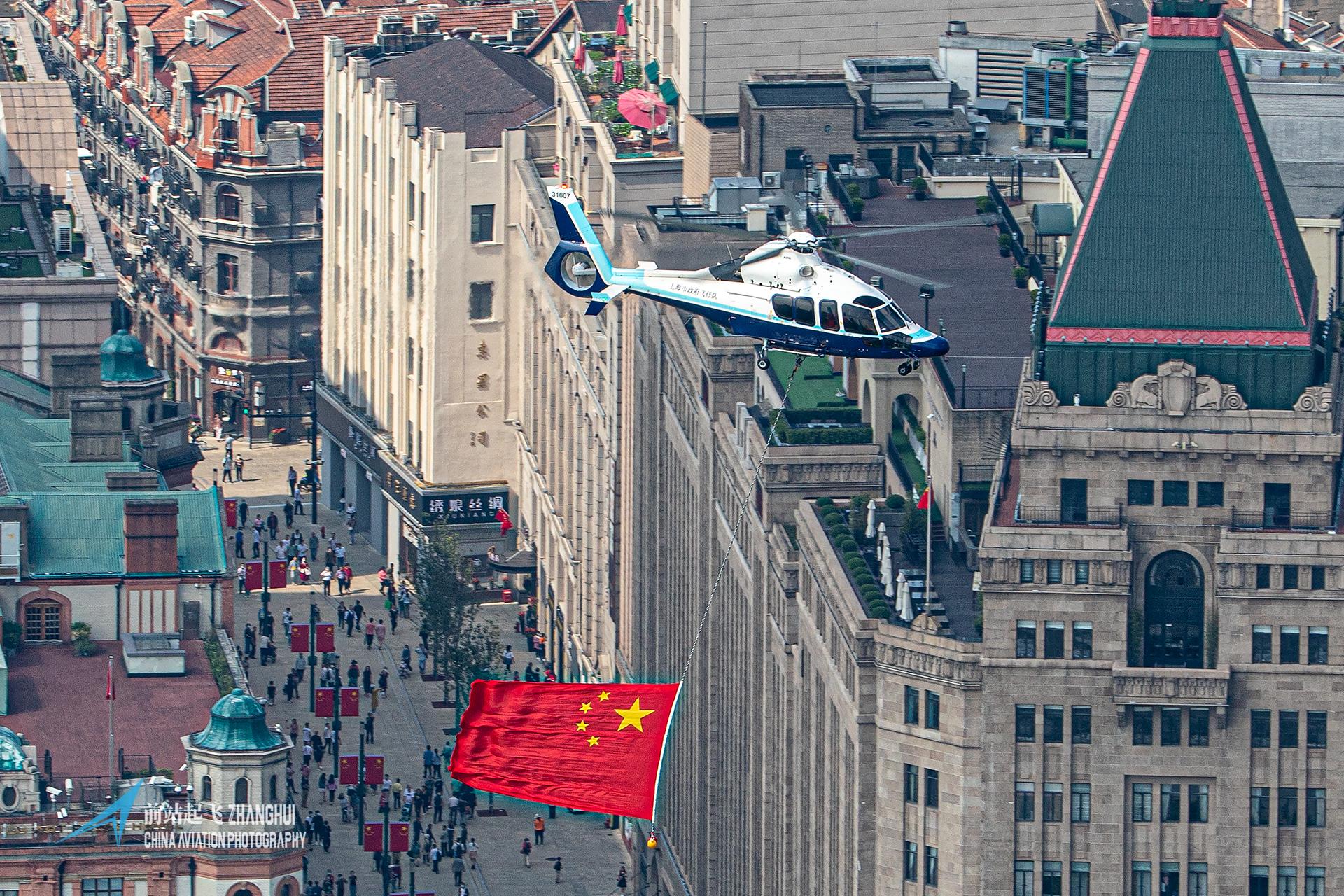 高清组图:庆祝共和国生日,上海警航携五星红旗飞跃外滩