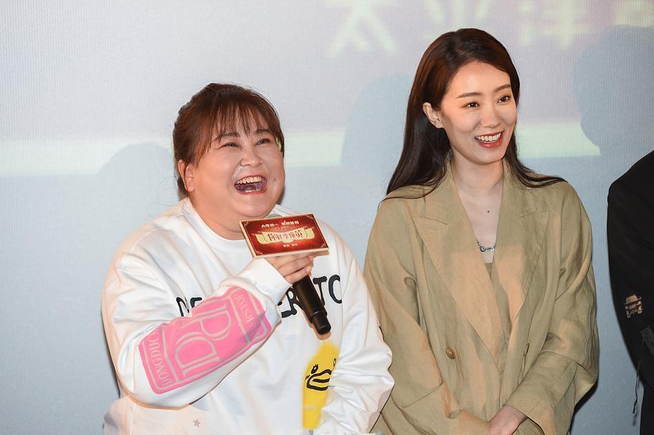 """《李焕英》票房破40亿,贾玲遭女粉丝""""逼婚"""",张小斐美过杨幂"""