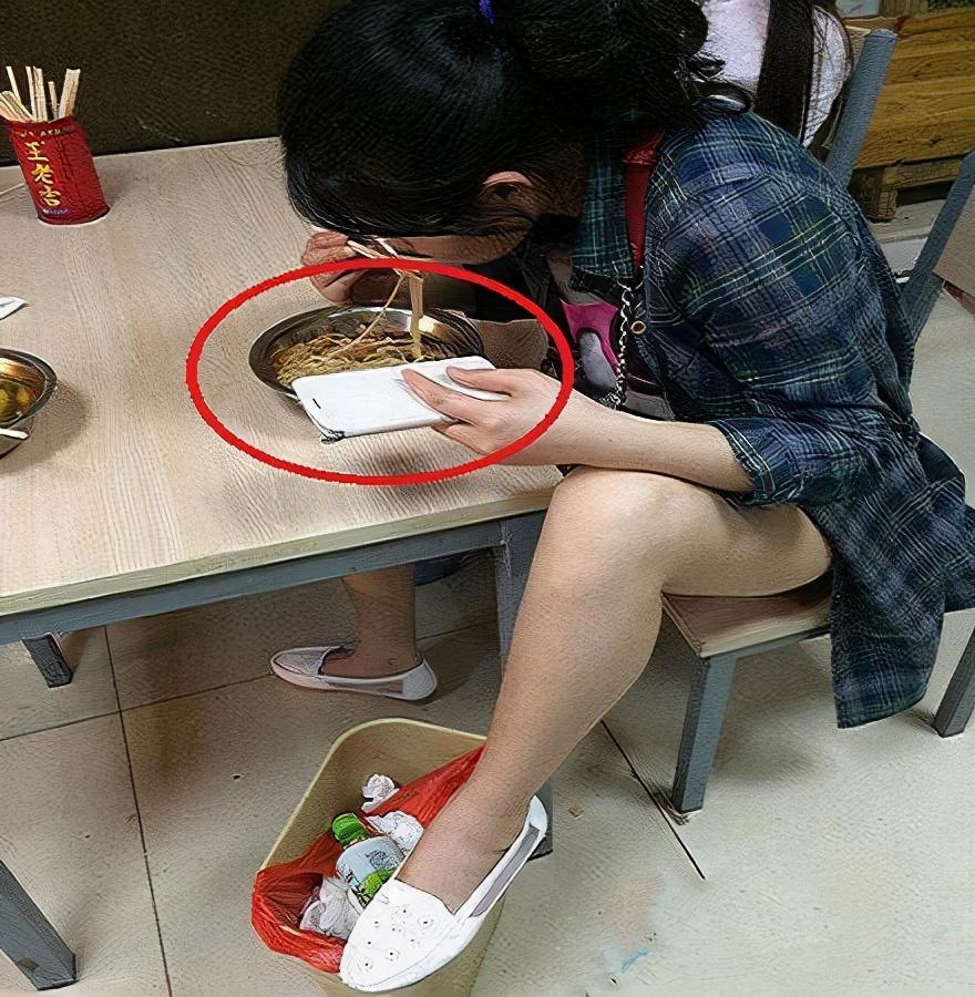 搞笑趣圖:妹子吃個飯都這么霸氣