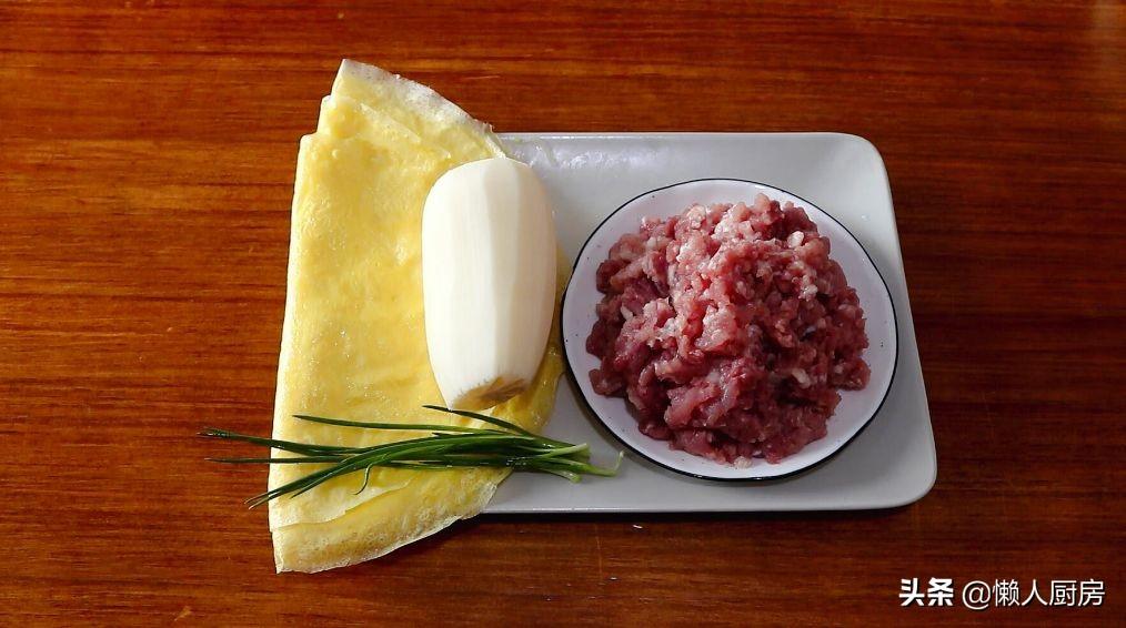 猪肉配上莲藕,既是汤又是菜,加上一点韭菜后,吃起来特别的鲜