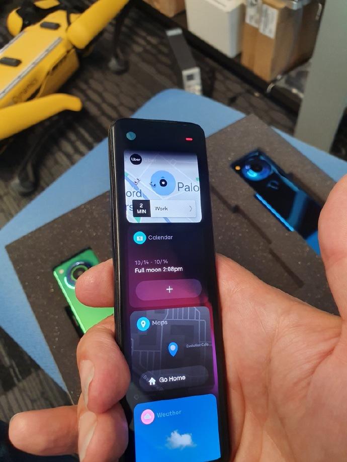 安卓之父晒新手机,巨长版手机上相近控制器 有点儿酷
