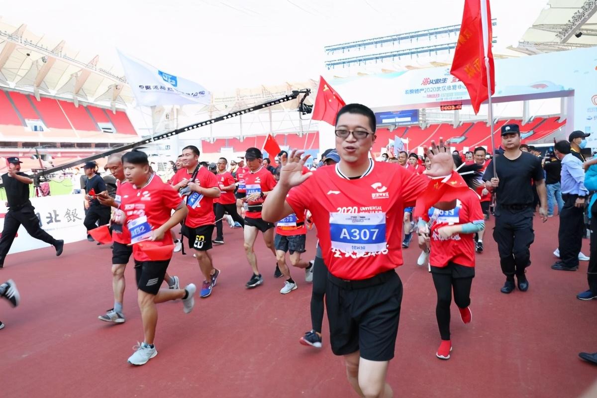 """1500名运动爱好者跑""""微马"""",主体育场恢复原有功能,武汉体育中心热闹起来了"""
