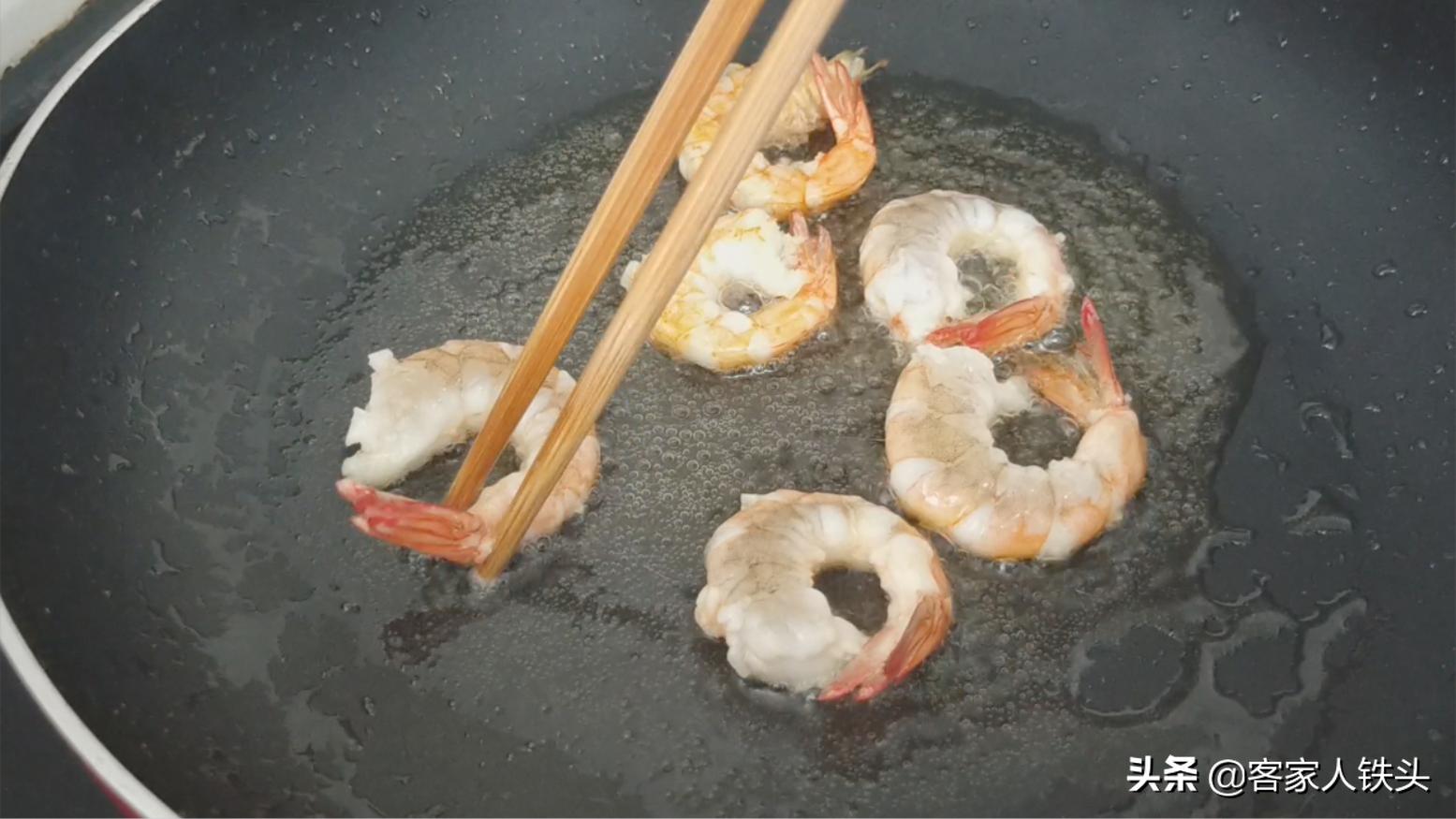 4塊豆腐6只蝦加一把菇,教你一道鮮味十足的家常菜,好吃又下飯