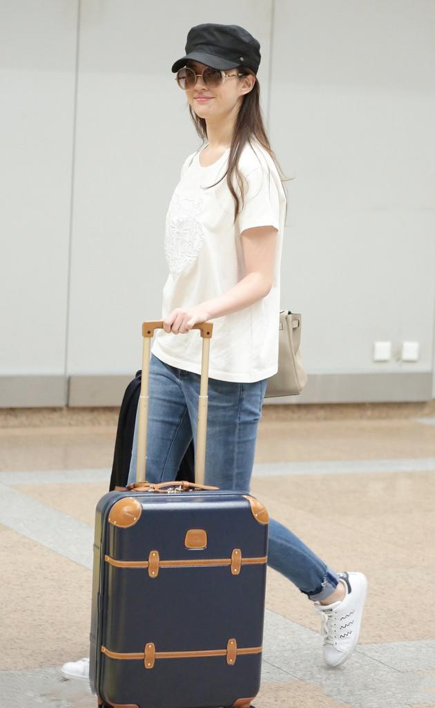 """刘亦菲真是""""女神界""""清流,机场穿简单白T接地气,仍惊艳到路人"""