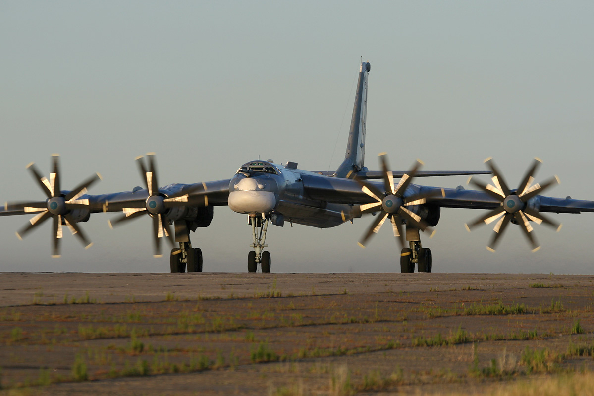 轮到美国被自由飞行?俄军战机成群抵近美国西海岸,F22紧急升空(图1)