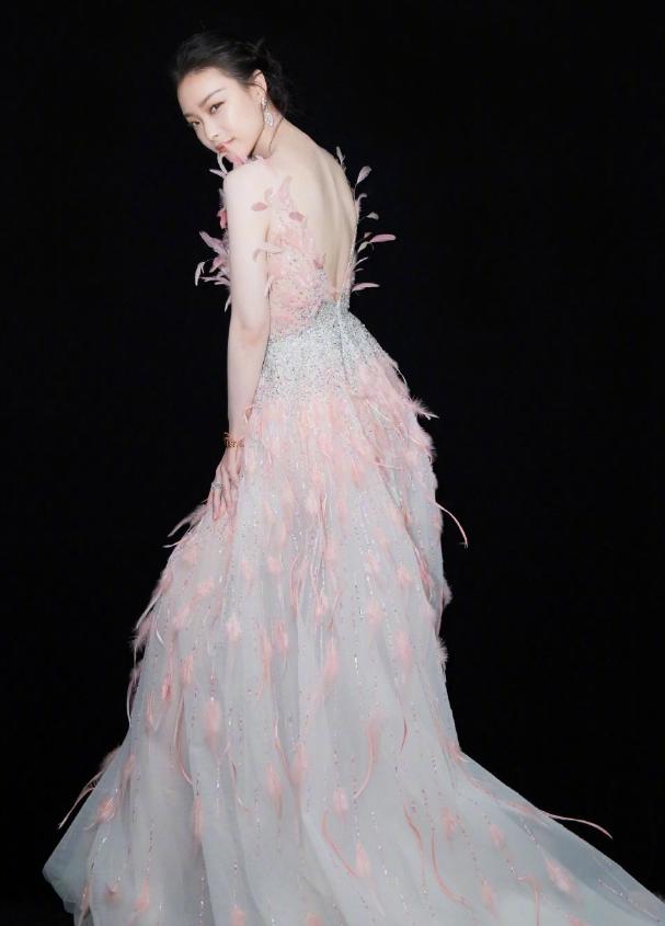 万茜穿修身连衣裙,勾勒出迷人身姿,羽毛点缀运用到位