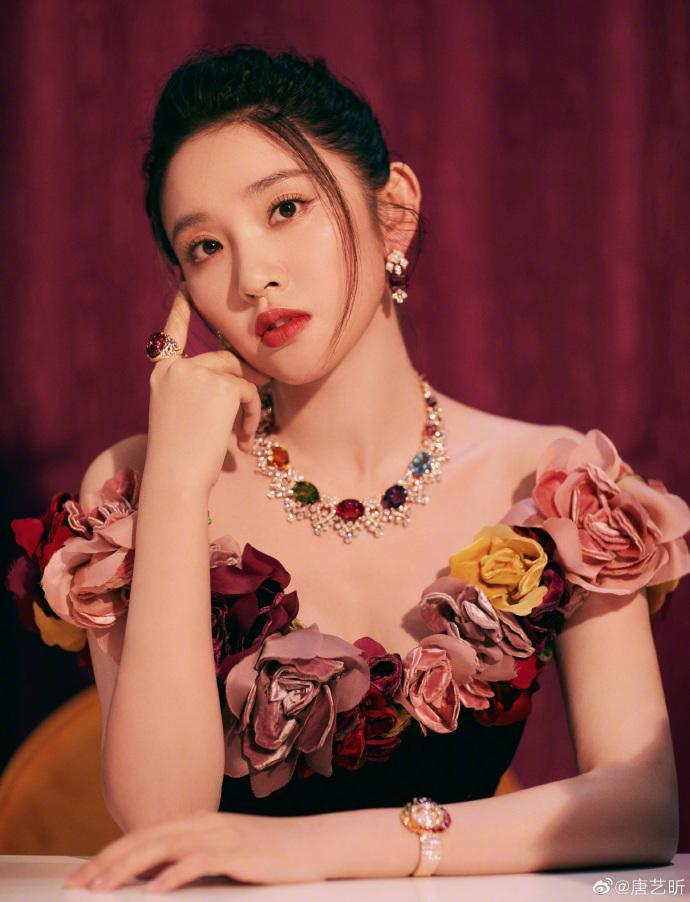 唐艺昕产后首亮相,身材婀娜多姿,嫁给张若昀嫁对了