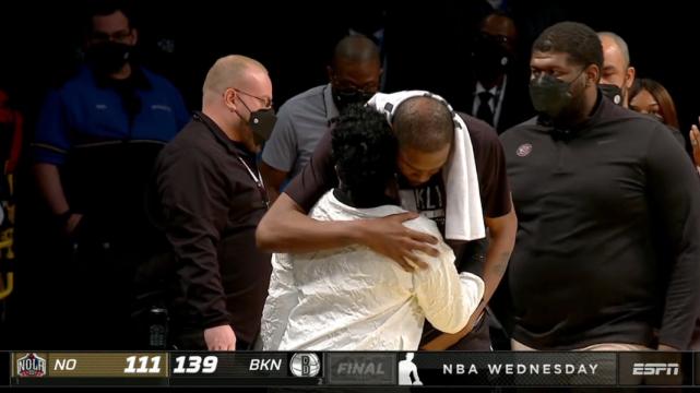 篮网大胜鹈鹕!杜兰特17+7,赛后阿杜走向母亲,俯下身子拥抱